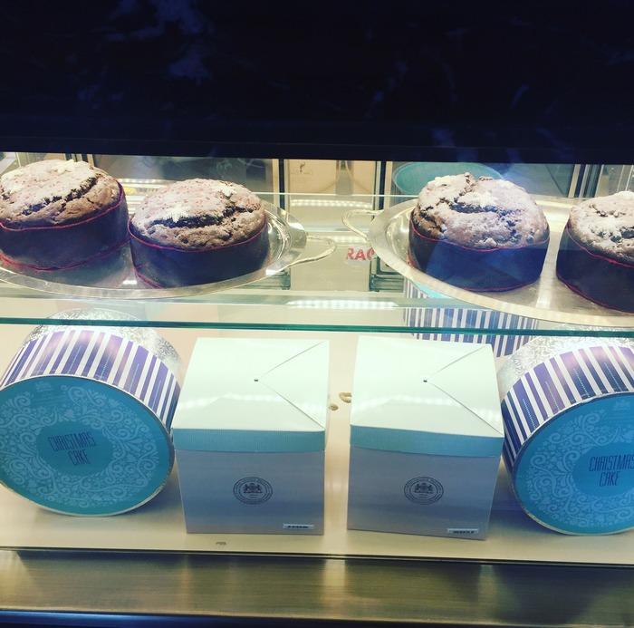 Η κομψή υπογραφή του βραβευμένου Γάλλου pastry chefArnaud Larher βρίσκεται παντού! Επιλέγω ένα μπουκάλι σαμπάνια και ένα υπέροχο Panettone να το προσφέρω στην μαμά του Νικόλα, σήμερα το απόγευμα...