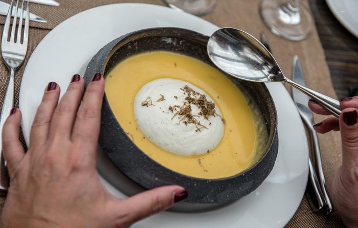Σούπα κίτρινης κολοκύθας με αφρό πατάτας και τρούφα Ευρυτανίας