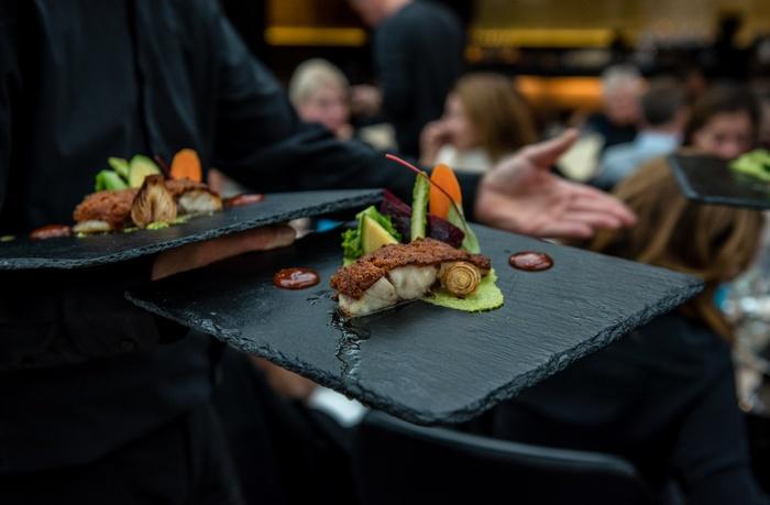 Το lunch μας συνεχίζεται με Μυλοκόπι φιλέτο σε κρούστα τσορίθο, πουρέ μπρόκολο και λαχανικά γλασέ...