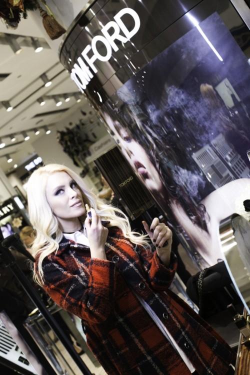 Η Κατερίνα Καινούριου δοκιμάζοντας τα αγαπημένα της προϊόντα από τη σειρά μακιγιάζ Tom Ford