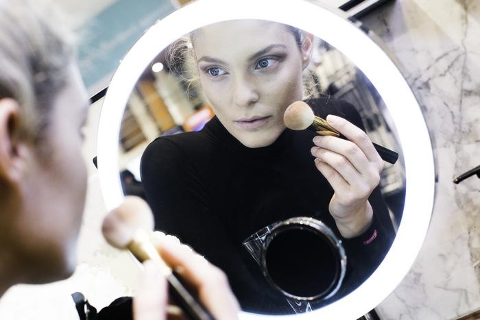 Η Αναστασία Περάκη δοκιμάζοντας μακιγιάζ και αρώματα Tom Ford