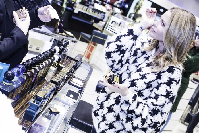Η Τζένη Μπαλατσινού απολαμβάνοντας το beauty treatment της