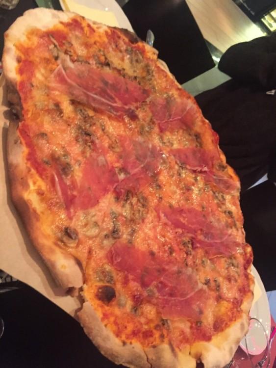 Αυθεντική τραγανή Ιταλική ζύμη με πλούσια σάλτσα ντομάτας, φρεσκοκομμένο Prosciutto di Parma και απολαυστικά μανιτάρια Funghi...