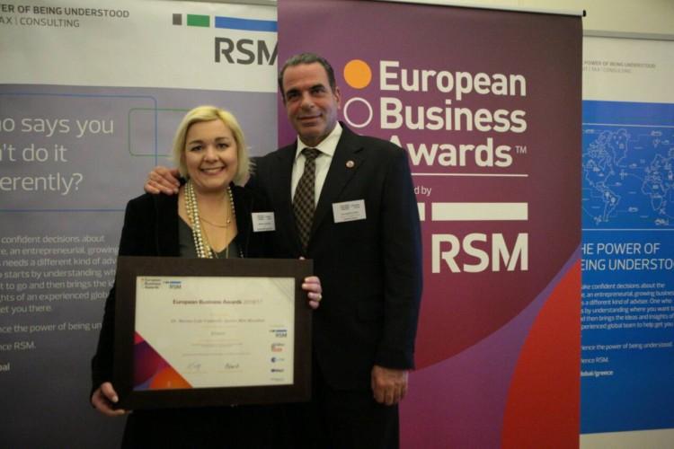 Το βραβείο παρέλαβε η Πρόεδρος της οργανωτικής επιτροπής του Spetses mini Marathon, δρ. Μαρίνα – Λύδα Κουταρέλλη και ο Δήμαρχος Σπετσών κ. Παναγιώτης Λυράκης, σε μία λαμπερή τελετή στην οικία του Βρετανού Πρέσβη στην Αθήνα.