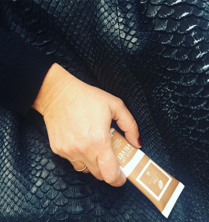 Νέας γενιάς προιόν Μakeup velvet που παρέχει ελαφριά υφή και κάλυψη, χωρίς καμία αίσθηση λιπαρότητας. Μπορείς να χρησιμοποιηθεί πολλές φορές μέσα στην ημέρα, όποτε θεωρείτε πως είναι απαραίτητο να ανανεώσετε την όψη της επιδερμίδας σας. Προσδίδει ομοιόμορφο τόνο χωρίς να βαραίνει την επιδερμίδα και βελτιώνει την υφή της. Περιέχει εκχύλισμα από θαλάσσιο πλαγκτόν με ικανότητα σύσφιξης της επιδερμίδας και μείωσης ρυτίδων. Η όψη του δέρματος τελειοποιείται. Παρέχει άμεση ενυδάτωση ακόμη και σε ξηρές επιδερμίδες.