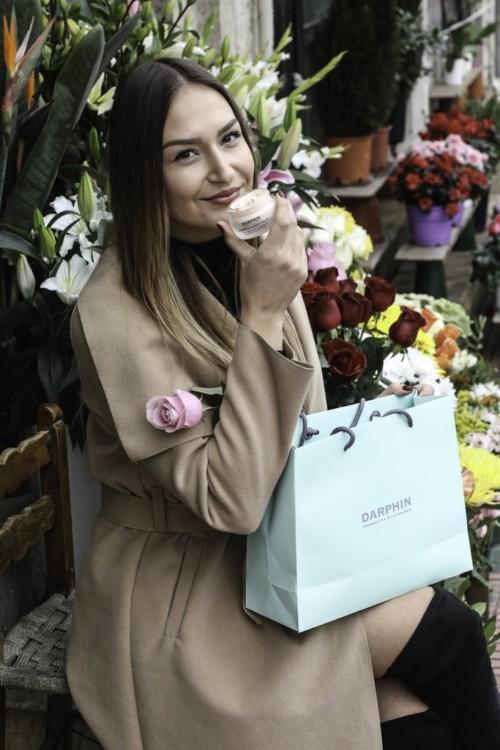 Ιωάννα Σαμαρά επισκέφτηκε το αγαπημένο της ανθοπωλείο. Το άρωμα των λουλουδιών την αναζωογονεί όσο και εκείνο της ενυδατικής κρέμας Darphin