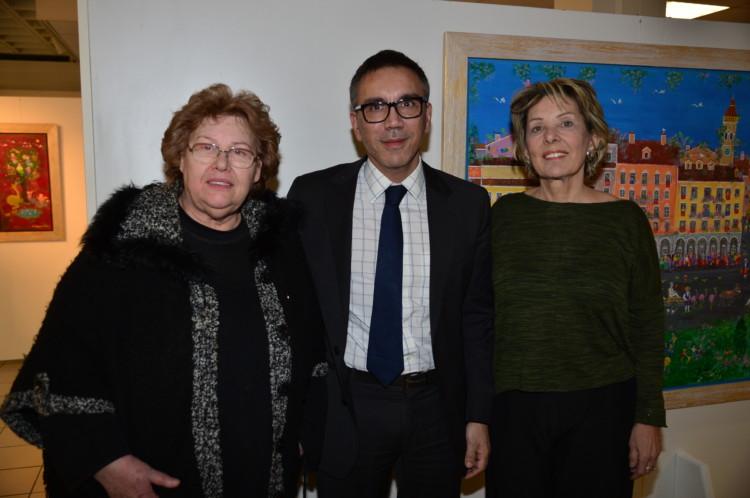 Η κριτικός και ιστορικός τέχνης κα Αθηνά Σχινά, ο Γενικός Διευθυντής των Εκπαιδευτηρίων «Ελληνογερμανική Αγωγή» κ.Σταύρος Σάββας με τη ζωγράφο Σοφία Καλογεροπούλου στα εγκαίνια της έκθεσης αντιπροσωπευτικών έργων της