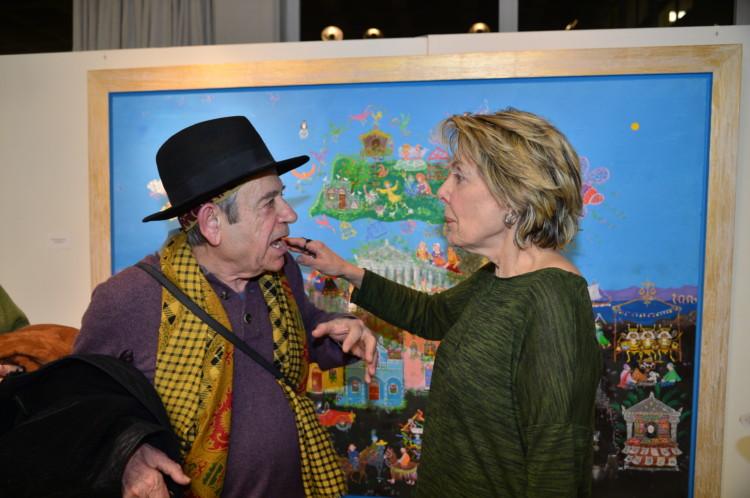 Ο ηθοποιός κ. Ηλίας Λογοθέτης συζητά με τη ζωγράφο Σοφία Καλογεροπούλου