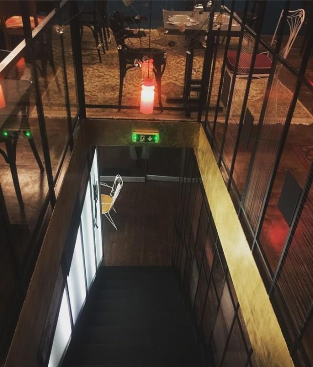 Ο κάτω όροφος είναι μικρός και cozy, με το εντυπωσιακό μπαρ με τα ψηφιδωτά της ΗλέκτραςΠαπαγιαννάκη