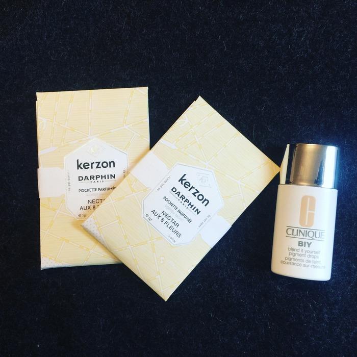 Τι υπάρχει μέσα στην τσάντα μου: πάντα -μα πάντα- τα Pochette Parfumee που δημιούργησαν η Darphin με την Kerzon και την αρωματίζουν διακρητικά με Nectar aux 8 Fleurs. Επίσης, το Clinique BIY, Blend it Yourself Pigment Drops! Μία σταγόνα αρκεί για ατελείωτες δυνατότητες! Και μεταμορφώνει το moisturizer σου σε BB, CC or fuller-coverage foundation