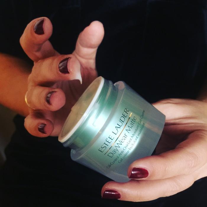 Αντίο γυαλάδα. Καλωσόρισες matte εμφάνιση. Η ΝΕΑ DayWear Matte Oil-Control Anti-Oxidant Moisture Gel Creme απλώνεται στη επιδερμίδα προσφέροντας άμεση ενυδάτωση, μεταμορφώνοντας την με ένα μεταξένιο, ματ αποτέλεσμα. Μη λιπαρή σύνθεση, ρυθμίζει και απορροφά τη λιπαρότητα. Είναι μια ενυδατική κρέμα που δημιουργεί ματ αποτέλεσμα, βοηθώντας το δέρμα να μειώσει την γυαλάδα της λιπαρότητας όλη μέρα, με συνεχή χρήση, ενώ μειώνει την εμφάνιση των πόρων. Περιέχει το αποκλειστικό μας Super Αντι-Οξειδωτικό Σύμπλεγμα για να βοηθήσει στην προστασία του δέρματος από από τις φθορές των ελεύθερων ριζών και να το προασπίζει ενάντια στα πρώτα σημάδια γήρανσης. Η επιδερμίδα είναι φρέσκια, απαλή, μαλακή και ενυδατωμένη, έτοιμη να αντιμετωπίσει την ημέρα με αυτοπεποίθηση...
