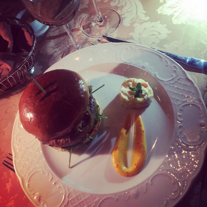 Το Burger! Όλα τα κυρίως πιάτα του Brown's συνοδεύονται από μία πελώρια επιλογή της αρέσκειας σας. Όπως θα έπρεπε να συμβαίνει παντού. Όπως συνέβαινε στον Γεροφοίνικα...