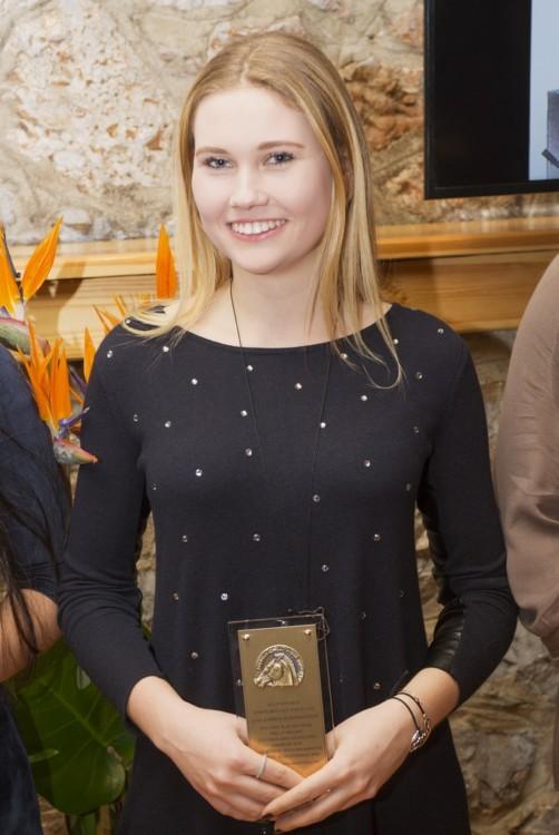 Η Λαβίνια Μακροπούλου, χρυσή βαλκανιονίκης, με το βραβείο που της απένειμε ο πρόεδρος της Ομοσπονδίας, κ. Ισίδωρος Κούβελος.