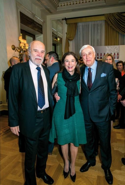 Ο πρόεδρος της γευσιγνωστικής επιτροπής των Χρυσών Σκούφων Διονύσης Κούκης με το Νίκο Καλογιάννη και τη σύζυγό του