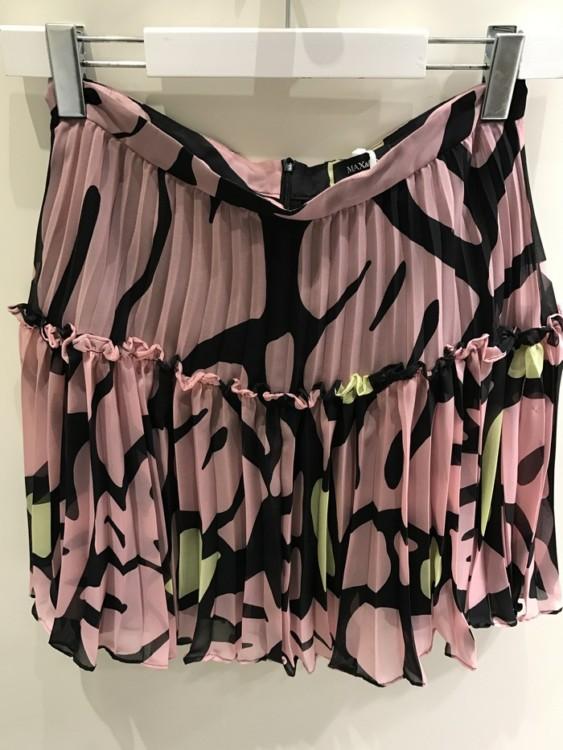 Με αυτή την φούστα μπορείς να περάσεις ατελείωτες καλοκαιρινές βραδιές στο νησί και στην πόλη. Σε κάθε νησί και σε κάθε πόλη...Κοστίζει γύρω στα 50 ευρώ...
