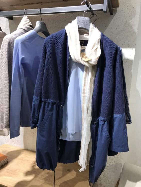 """Η """"Ήρεμη Δύναμη""""... Ρούχα ιδανικά για τον σύγχρονο αστικό τρόπο ζωής, 24/7, που απευθύνονται σε όσους αναζητούν την ήρεμη δύναμη του ντιζάιν σε απλές γραμμές, ζεστές φυσικές υφές με έμφαση στο κασμίρ και σοφιστικέ αποχρώσεις."""