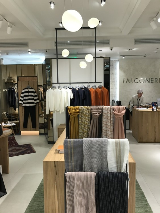 Falconeri! Η νέα άφιξη στο Golden Hall, το ιταλικό brand με δυνατή παράδοση στο εκλεκτό κασμίρ για γυναίκες και άντρες. Τα προϊόντα συνδυάζουν τα ποιοτικά κριτήρια των tailored ρούχων με προσιτές τιμές κι ένα νεανικό, σοφιστικέ στυλ...
