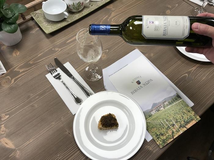 """Όσο απολαμβάνουμε ένα amuse-bouche της Ντίνας, ως άλλο """"ζέσταμα"""" για την μαγειρική μας, ο Βαγγέλης Γεροβασιλείου μας ξεναγεί στα πιο ενδιαφέροντα μυστικά του κρασιού..."""