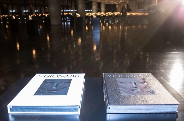 Η συλλεκτική έκδοση του Visionaire ήταν διαθέσιμη σε 2 εξώφυλλα, λευκό και μαύρο.