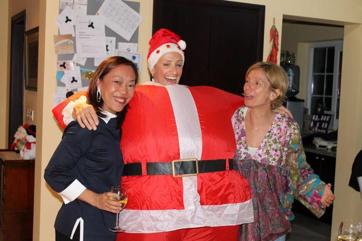 Χριστουγεννιάτικο πάρτι Όλγας Παπαδοπούλου στο σπίτι της στο Ντουμπάι, με τις Millie Wong και Joanne Lewis