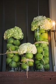 Πράσινα μήλα και πράσινες σαλάτες μέσα σε γυάλες