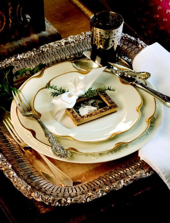 Υπέροχη ιδέα, αντί για το όνομα του καλεσμένου, μία κορνίζα με την φωτογραφία του, την οποία θαπάρει ως give away gift στο τέλος της βραδιάς. Ακόμη ομορφότερη ιδέα, ο ασημένιος δίσκος ως σουπλά!