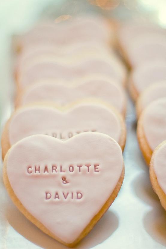 Φτάξτε μπισκότα με τα ονόματατων καλεσμένων σας. Το κάθε μπισκότο δεν κοστίζει πάνω από 1 ευρώ, ενώ το αποτέλεσμα θα είναι εντυπωσιακό!