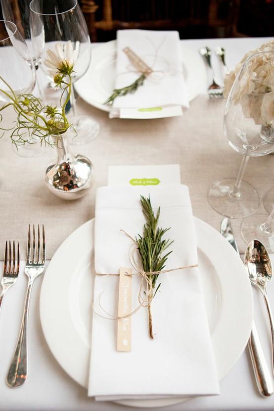 Το καρτελάκι περασμένο σε ένα απλό σκοινάκι, το οποίο διακοσμούμε με ένα κλαράκι δεντρολίβανο, λεβάντα ή ότι άλλο ταιριάζει με τα αρώματα του δείπνου μας