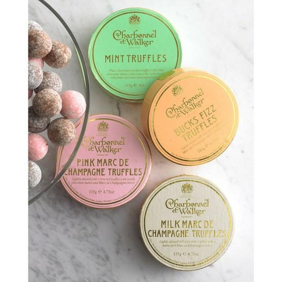 Αν μάλιστα μπορούσα να βρω και τις λατρεμένες μου Pink Marc de Champagne Truffles, θα ήταν ιδανικό να τις προσφέρω μαζί με την σαμπάνια....Συνήθως τις παραγγέλνω από το www.selfridges.com