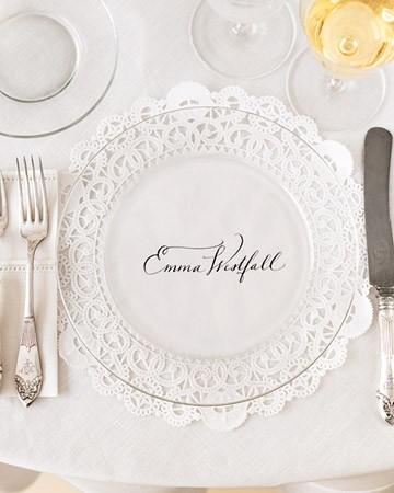 Το έχω κάνει και είναι πάντα εντυπωσιακό: Ζβγραφίζουμε το όνομα του καλεσμένου σε ειδικό χάρτινο σουπλά που χρησιμοποιούμε για τα γλυκά και τοποθετούμε από πάνω γυάλινα διαφανή πιάτα!