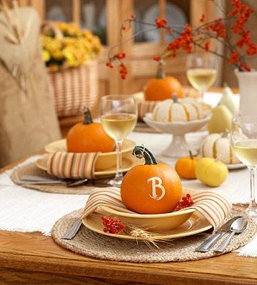 Ζωγραφίστε το αρχικό γράμμα ή ολόκληρο το όνομα πάνω σε μικρές κολοκύθες. Εννοείται πως ταιριάζει απίθανα για το τραπέζι του Halloween, και όχι μόνο!
