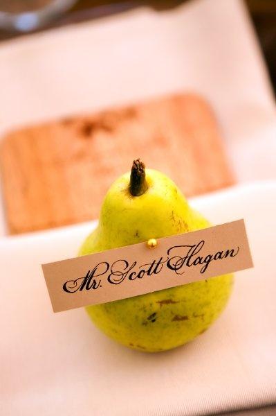 Μία απλή κάρτα καρφιτσωμένη σε ένα πανέμορφο φρούτο!