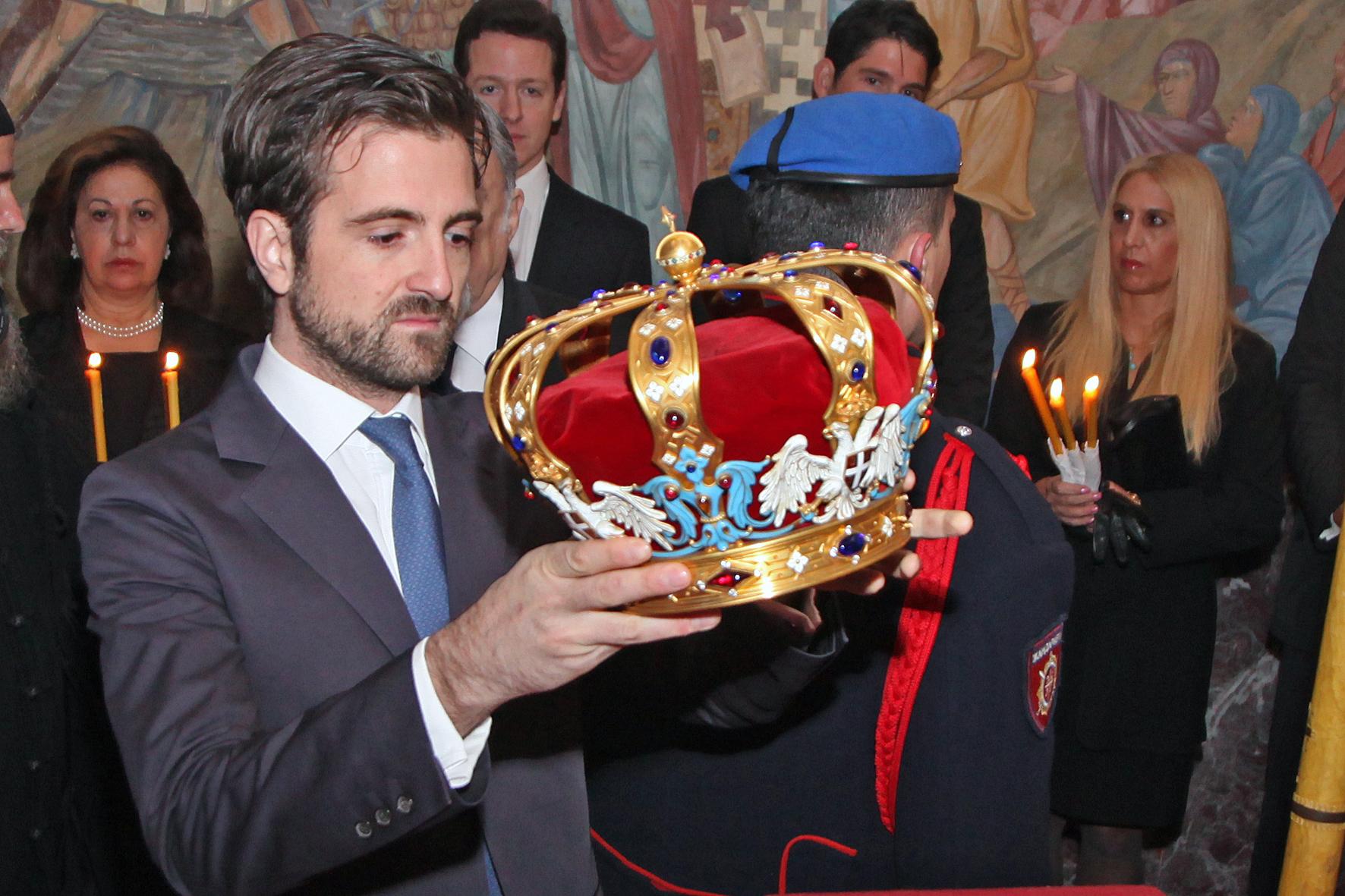 Ο διάδοχος πρίγκιπας Πέτρς ενώ τοποθετεί την κορώνα στο φέρετρο του βασιλέως Πέτρου