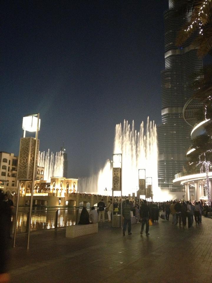Το Dubai mall ειναι το μεγαλύτερο Mall που εχει εδω ΤΕΡΑΣΤΙΟ! H φωτογραφία είναι έξω από το mall που έχει εστιατόρια και καφέ..Το απόγευμα ξεκινάει το show με το συντριβάνι που τα νερά παίζουν ανάλογα με τη μουσική, παρα πολυ ωραιο θέαμα. Την εχουν πάρει την ιδέα από το Las Vegas..