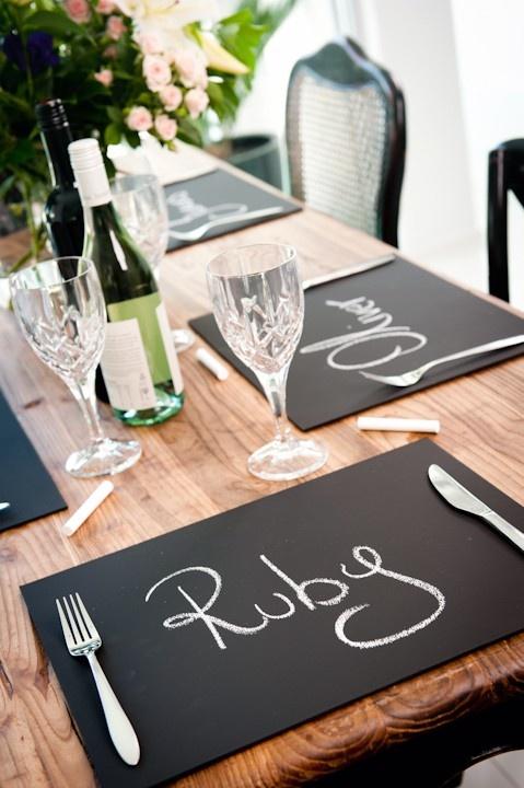 Για ένα πιο casual δείπνο, ζωγραφίστε τα ονόματα με κιμωλία πάνω σε μαυροπίνακα!