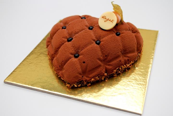 Για την γιορτή του Αγίου Βαλεντίνου, η Kayak ετοίμασε τούρτα καρδιάς με μους bitter σοκολάτας και βάση από μπισκότο χωρίς αλεύρι, έχει γεύση έντονη, ιδιαίτερη!