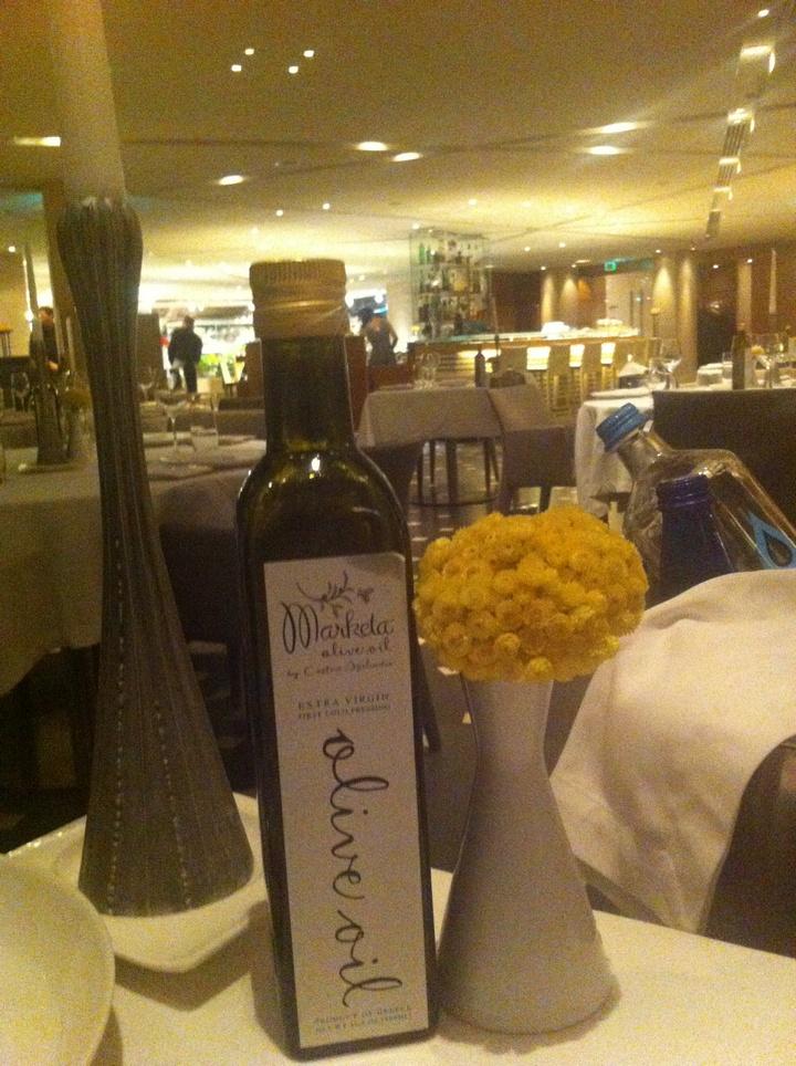 Το ελαιόλαδο Marketa, δίπλα στα λουλούδια από τα Κύθηρα, τιμή στο αγαπημένο νησί του Chef...