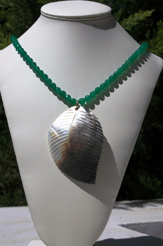 Εmerald jade necklace with mother of pearl fullo