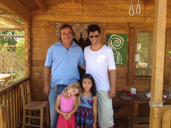Ο Πέτρος Κόκκαλης και ο Σάκης Ρουβάς στο Κέντρο της Γης...