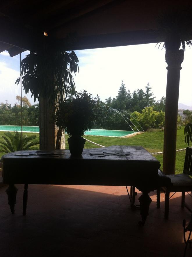 Το μεγάλο πιάνο που δεσπόζει μπροστά στην τζαμαρία που σε οδηγεί στην πισίνα
