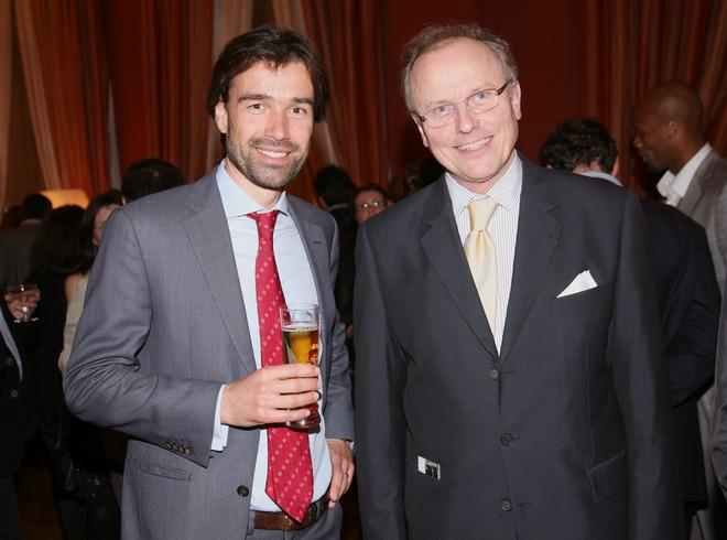 Ο Aexander Koch της Αθηναϊκής Ζυθοποιίας με τον Γάλλο πρέσβη, Jean Loup Kuhn-Delforge
