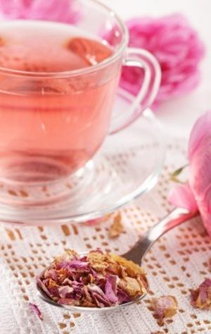 Τα ροδοπέταλα ταιριάζουν πάντα στο τσάι...