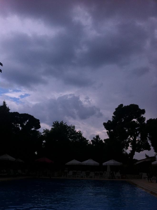 Ο αγριεμένος ουρανός πάνω από την πισίνα του Ecali Club