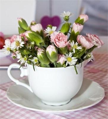 Γεμίστε  tea cups με φρέκα λουλούδια και τοποθετείστε τα στα τραπέζια σας