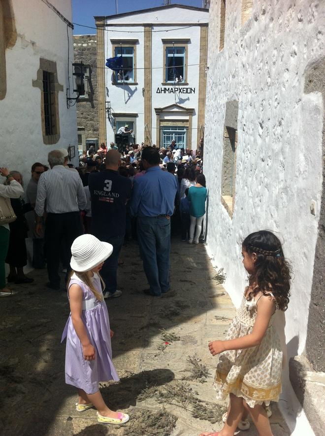 Τα κορίτσια μας παρακολουθούν την Ακολουθία του Νυπτήρος...