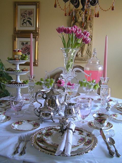 Το tea party αποτελεί την καλύτερη ευκαιρία να απολαύσουμε τα ασημικά μας σερβίτσια και τα καλά μας τραπεζομάντιλα!