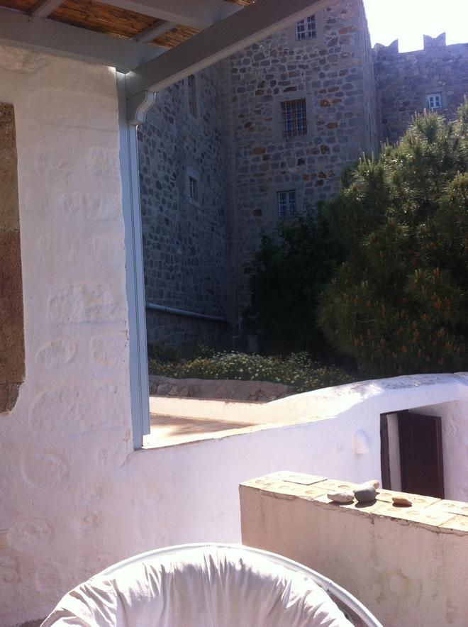 Η πόρτα μου σε απόσταση αναπνοής από το Μοναστήρι...