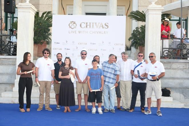 """Ο Christophe Lemarié, CEO Pernod Ricard Hellas, απονέμει το βραβείο Spirit of Chivalry Chivas Honour Award SCYR 2013, στον Κυβερνήτη του """"Alexandra"""", Ι. Μαρουλάκη"""