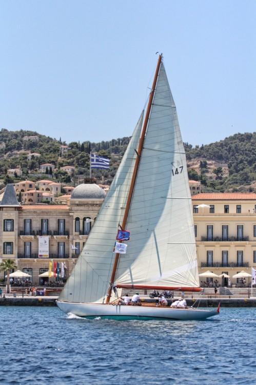 Το Carina, με Κυβερνήτη τον Ανδρέα Μαρτίνο, με φόντο το μαγευτικό Poseidonion Grand Hotel