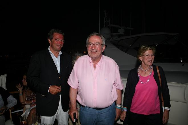 Ο Dan Stratan υποδέχεται το πρώην βασιλικό ζεύγος της Ελλάδας, τον Κωνσταντίνο και την Άννα Μαρία. Είναι όλοι τους μέλη του Ναυτικού Ομίλου Ελλάδος...